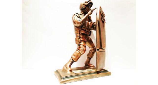 """Скульптура """"Боец спецназа со штурмовым щитом"""""""